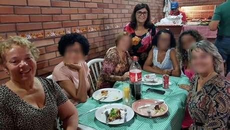 Salete (sentada) durante festa de aniversário em 13 de março: na época ainda não havia recomendação para isolamento social