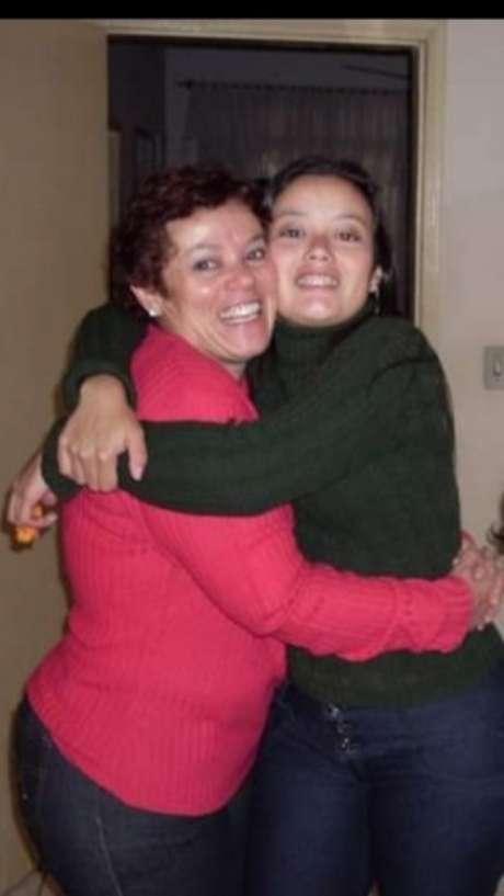 Salete abraçada à única filha, a zootecnista Rafaela