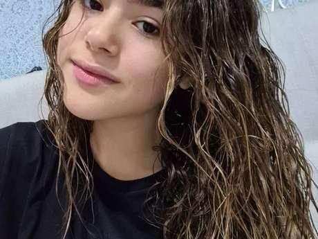Maisa Silva mostra cabelo cacheado molhado e fala sobre os fios naturais: 'você é muito legal! '