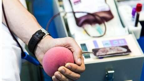 Apesar de estoques baixos de sangue em meio à pandemia do coronavírus, Ministério da Saúde manterá restrição de doação por parte de homens gays