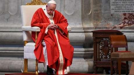 O papa Francisco celebrou o Domingo de Ramos em uma Basílica de São Pedro vazia no dia 5
