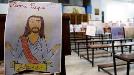 Igreja em Catania, na Itália, espalhou desenhos de crianças em igreja durante celebração de missa sem fiéis
