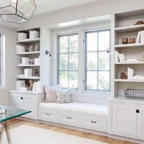 68. Um banco de madeira planejado só agrega a decoração – Foto: Decoração de interiores