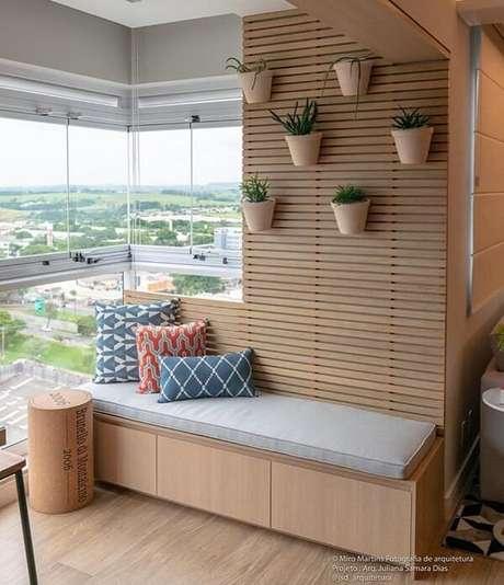 66. Um banco de madeira confortável na varanda é uma ótima opção de relaxamento – Foto: Via Pinterest
