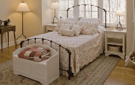 63. O estilo vintage em um banco de madeira baú pequeno fica lindo no quarto também – Foto: Westwing