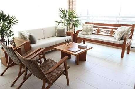 4. A escolha de bancos de madeira para sala devem seguir a linha de decoração dos demais móveis – Foto: Tua Casa