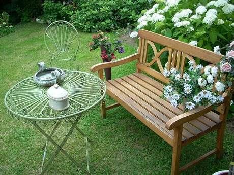 5. A área externa também é uma boa opção para se usar bancos de madeira – Foto: Via Pinterest