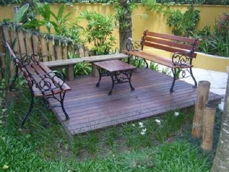 52. Criar um ambiente em sua área externa com móveis de madeira deixa um clima mais de campo – Foto: Moda e conforto