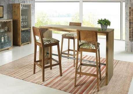 12. Banco de madeira com encosto podem ser mais confortáveis – Foto: Casa ellegance