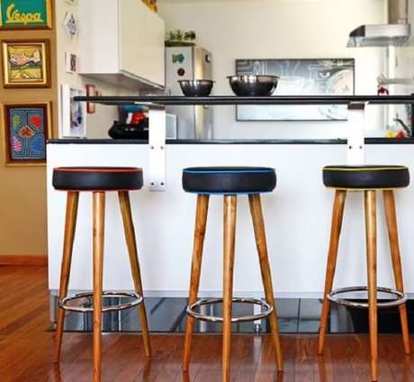 45. Os bancos de madeira podem ser estofados para trazer mais conforto ao ambiente – Foto: Doce Obra