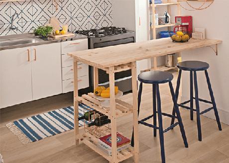 10. Os bancos de madeira mais altos são ótimos para o balcão de cozinha – Foto: Empório Tambo