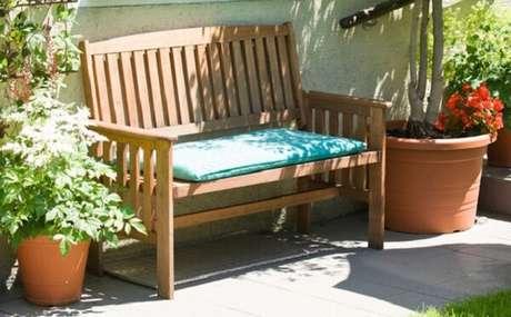 44. Colocar seu banco de madeira em locais arejados não é um problema – Foto: Via Pinterest