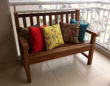 42. Almofadas coloridas podem dar um toque de cor ao ambiente – Foto: Construdeia