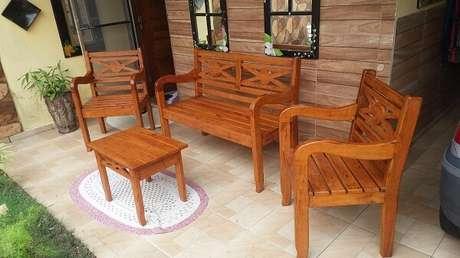 41. Um conjunto de mesa e cadeira de madeira fica incrível em uma área externa – Foto: Via Pinterest