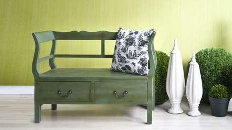 40. Modelo de banco de madeira retrô verde traz delicadeza ao ambiente – Foto: Westwing