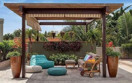 39. O jardim com móveis de madeira são incríveis – Foto: Construindo decor