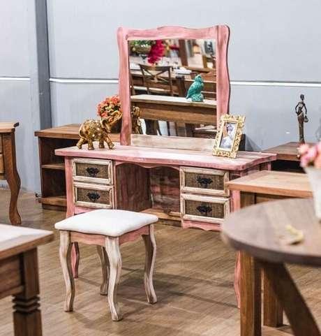 33. Banco de madeira com acolchoado pode seguir o estilo da decoração do ambiente – Foto: Decore pronto