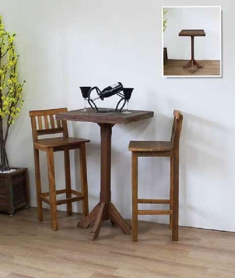 34. Banco de madeira rústico alto é ótimo para acompanhar uma mesa alta – Foto: Via Pinterest