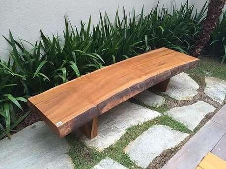 27. Banco de madeira rústica pode ser uma boa ideia para seu jardim – Foto: Via Pinterest