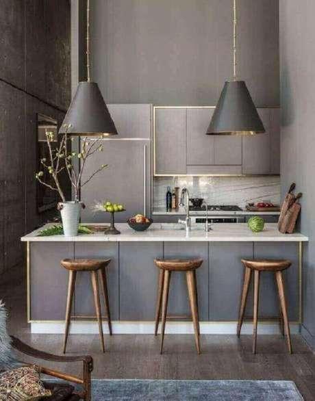 31. Bancos de madeira altos para cozinha ficam ótimos com uma decoração moderna – Foto: Terra