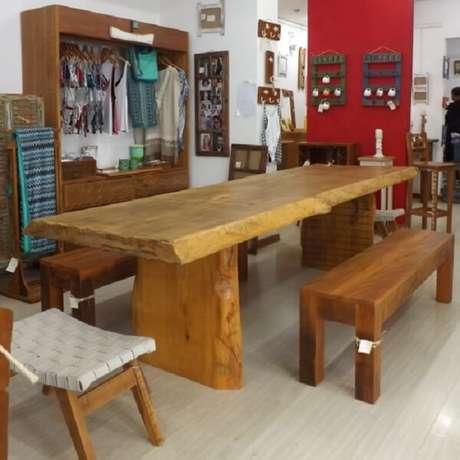 26. Modelos mais rústicos da mesa e banco de madeira também podem ser uma ótima opção de decoração – Foto: Casa e arte