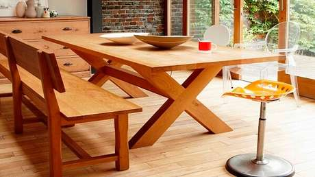 24. Mesa e banco de madeira são ótimos em qualquer cozinha – Foto: Westwing