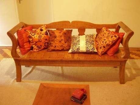 21. As almofadas ajudam a trazer um maior conforto aos bancos de madeira – Foto: Se fosse na minha sala