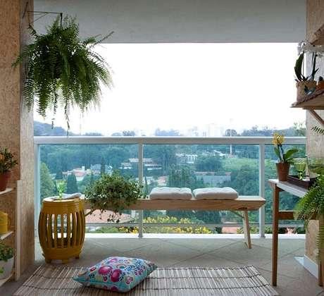 16. Sua varanda fica ainda mais aconchegante com um banco de madeira – Foto: Via Pinterest