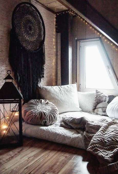 15. Decoração com estilo boho para quarto com grande filtro dos sonhos preto – Foto: We Heart It