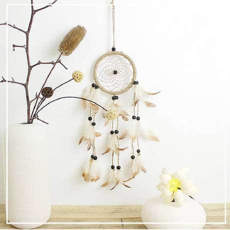 17. Decoração clean com filtro dos sonhos e vaso branco com galhos de árvore – Foto: DHgate