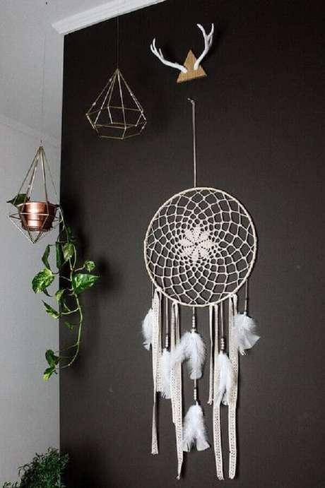 19. Decoração para parede preta com filtro dos sonhos branco – Foto: Pinterest