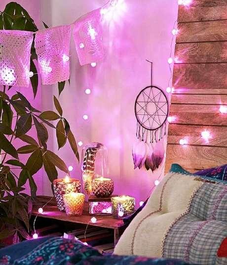 24. Ambiente decorado com pequeno filtro dos sonhos e cordão de luz – Foto: Uma Hippie Artesanato