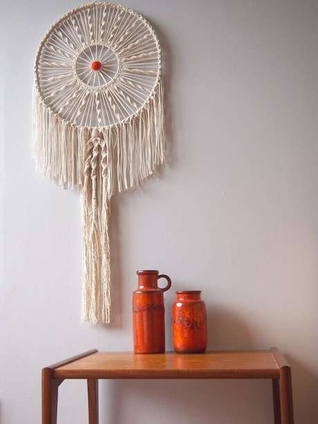 25. Decoração com mesa de madeira e filtro dos sonhos – Foto: Wall Decorations