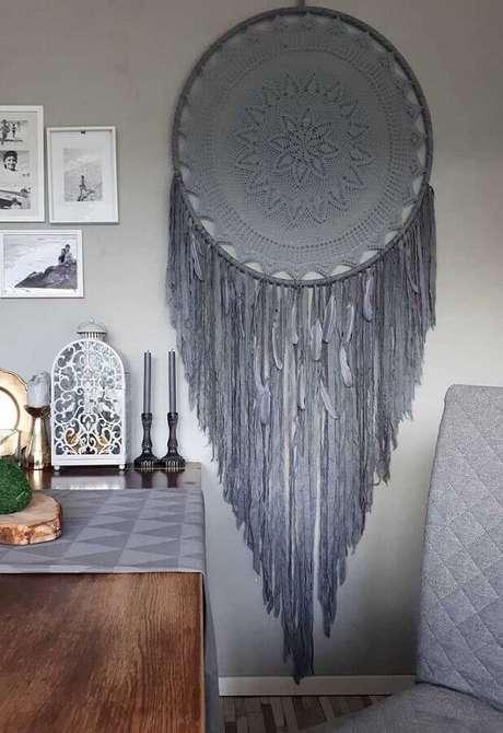 27. Ambiente decorado com grande filtro dos sonhos cinza – Foto: Pinterest
