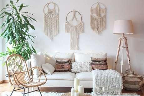 8. Decoração estilo escandinava para sala de estar com filtros dos sonhos sobre o sofá – Foto: Dekor Cadisi
