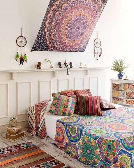 29. Quarto decorado com estilo hippie chique com pequenos filtro dos sonhos e tecido na cabeceira da cama – Foto: Hippie Vibes