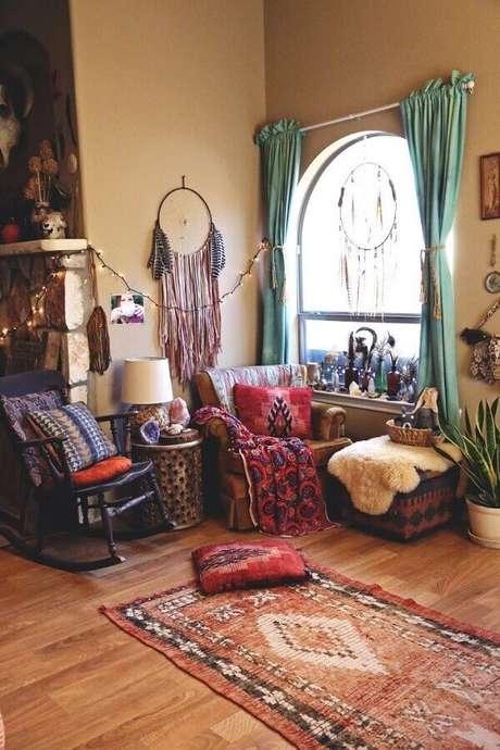 30. Decoração simples para sala com filtro dos sonhos e cortina azul – Foto: Pinterest