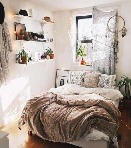 33. Decoração para quarto boho com filtro dos sonhos e prateleiras brancas – Foto: Boho Destiny