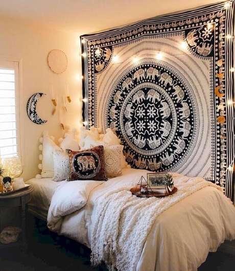 36. Quarto hippie decorado com filtro dos sonhos e tecido estampado na lateral da cama – Foto: Kaitlyn Johnson