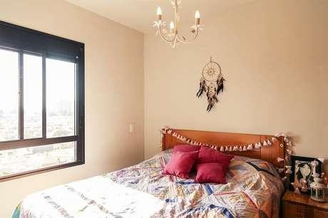 38. Decoração simples para quarto com filtro dos sonhos pequeno e cabeceira de madeira decorada – Foto: Minimalista