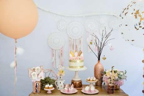 39. Decoração super delicada para festa de aniversário com cores claras e filtros dos sonhos como painel – Foto: Pinterest