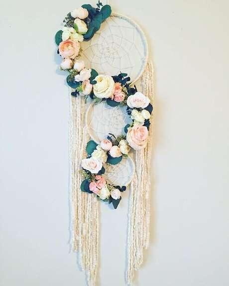 48. O filtro dos sonhos decorados com arranjos de flores são perfeitos para decoração de casamentos e noivados – Foto: Etsy