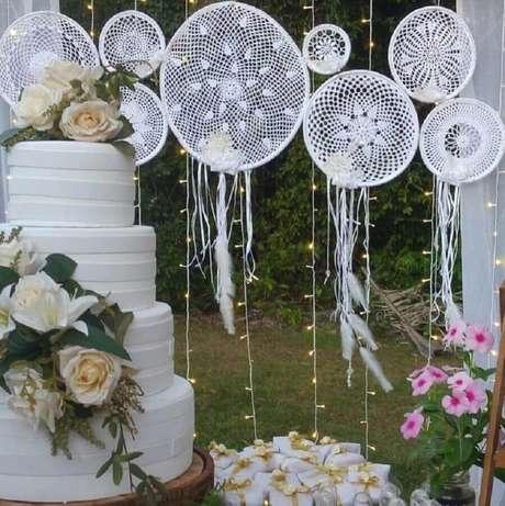 53. Linda decoração para festa de casamento com bolo quatro andares e filtros dos sonhos brancos – Foto: Amor de Benedita-Mimos