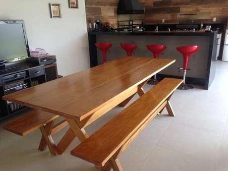 13. A mesa de madeira com banco é uma boa opção para a cozinha – Foto: Via Pinterest