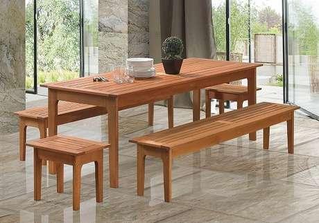 15. Mesa de madeira com banco são perfeitos na decoração – Foto: Duca móveis