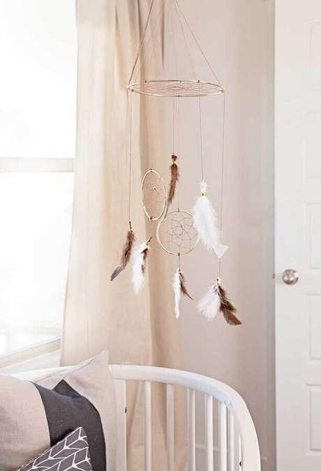 56. Quarto de bebê decorado com pequeno filtro dos sonhos sobre o berço – Foto: Zahradní Nábytek