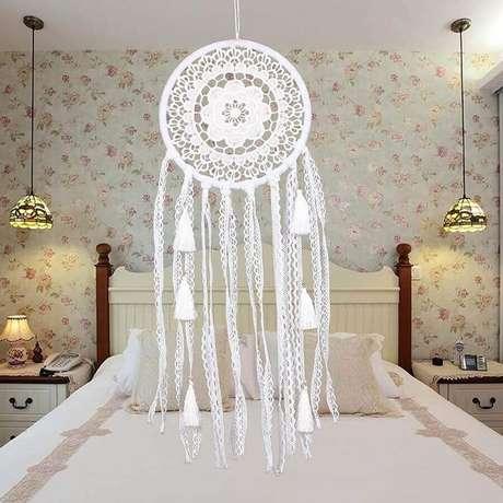 57. Decoração para quarto de casal com papel de parede floral e filtro dos sonhos branco – Foto: DHgate