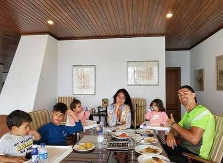 Cristiano Ronaldo ao lado da namorada, Georgina Rodriguez, e os quatro filhos