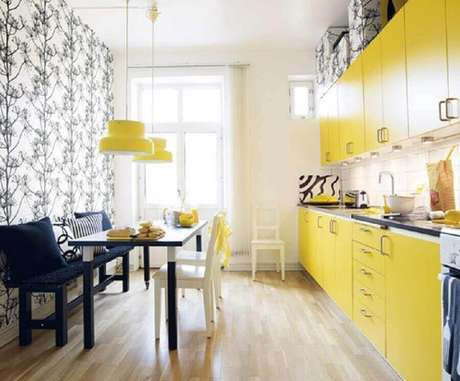 24. O pendente amarelo para cozinha pode trazer mais luminosidade ao ambiente