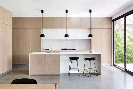 17. Decoração minimalista com pendente para cozinha preto.